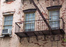 与防火梯的老砖瓦房在前面,曼哈顿,新的Yo 库存图片