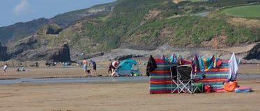 与防风林和deckchairs 2018年8月的海滩场面 免版税库存照片