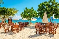 与阳伞的木桌在豪华旅游胜地 库存照片