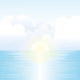 与阳光、天空和云彩的海风景 库存图片