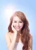 与阳光和天空的美丽的妇女面孔 库存图片