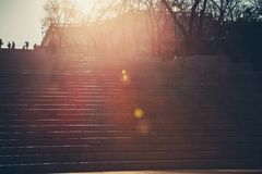 与阳光的一个老石楼梯在上面 旅游业,旅行概念 Potemkin台阶在傲德萨,乌克兰 库存图片