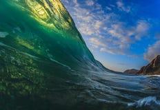 与阳光的五颜六色的冲浪的波浪升在太平洋在毛伊 库存照片