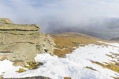 与阳光的多云天空从山上面 库存图片