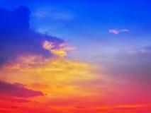 与阳光的多种颜色的五颜六色的日落在焕发以后的 免版税库存照片