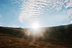 与阳光的天堂般的天空在喀尔巴阡山脉 喀尔巴阡山脉,乌克兰,欧洲 库存照片