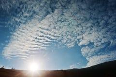 与阳光的天堂般的天空在喀尔巴阡山脉 喀尔巴阡山脉,乌克兰,欧洲 免版税库存照片