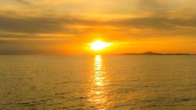与阳光的日落在海或海洋有橙色或金黄光的 免版税库存图片