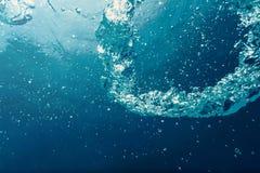 与阳光的水下的泡影 水下的背景泡影 免版税库存照片