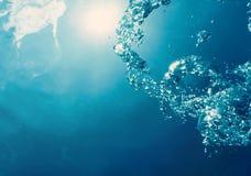 与阳光的水下的泡影 水下的背景泡影 库存图片