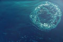 与阳光的水下的泡影 水下的背景泡影 免版税库存图片