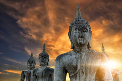 与阳光的泰国古老菩萨雕象早晨 库存照片