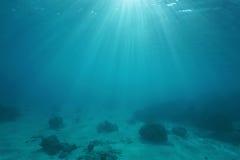 与阳光的海底通过水表面 库存照片