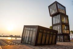 与阳光的现代建筑学 免版税库存图片