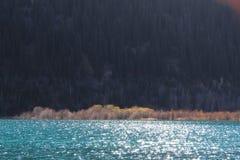 与阳光的难以置信的美好的水` s颜色表面上 免版税库存图片
