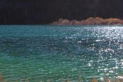 与阳光的难以置信的美好的水` s颜色表面上 库存图片