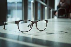 与阳光的玻璃在粗砺的地板上 图库摄影