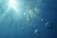 与阳光自然场面的水下的泡影 图库摄影