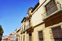 与阳台和五颜六色的油漆墙壁的经典公寓 库存图片