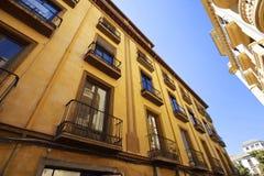 与阳台和五颜六色的油漆墙壁的经典公寓 库存照片