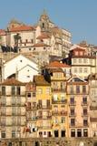 与阳台的五颜六色的大厦。波尔图。葡萄牙 免版税库存图片