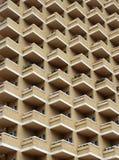 与阳台的大高层现代公寓 库存照片