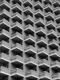 与阳台的大高层现代公寓 免版税库存照片