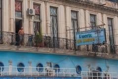 与阳台的经典老大厦,有一个人 哈瓦那 古巴 免版税库存照片