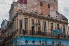 与阳台的经典老大厦,有一个人 哈瓦那 古巴 图库摄影
