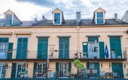 与阳台的美丽如画的老豪宅 保守主义者街道,新奥尔良,路易斯安那 库存图片