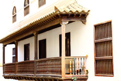 与阳台的老历史的门面在卡塔赫钠 免版税库存照片