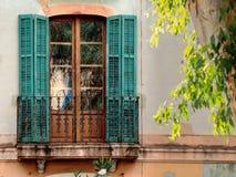 与阳台的西班牙语被关闭的窗口 免版税图库摄影