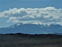 与阴云密布的科罗拉多积雪覆盖的山 免版税库存照片