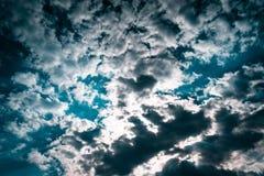 与阴沉的云彩的天空蔚蓝纹理 与空间的设计墙纸文本的 免版税库存照片