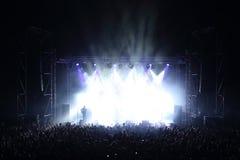 与阶段和观众的音乐音乐会在生活音乐会 免版税库存照片