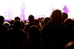 与阶段和观众的音乐音乐会在生活音乐会 免版税图库摄影