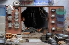 与阶自制造的对象的街道货摊在印度 免版税图库摄影