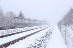 与阻止墙壁的噪声的斯诺伊铁路在冬天 免版税库存照片