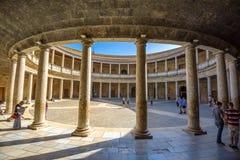 与阿尔罕布拉宫宫殿查理五世的专栏的拱廊在格拉纳达 ,并且 免版税库存图片