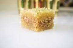 与阿拉伯茶玻璃的一东部甜果仁蜜酥饼酥皮点心 库存图片