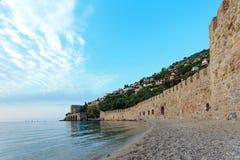 与阿拉尼亚城堡墙壁和中世纪造船厂的海景 免版税图库摄影