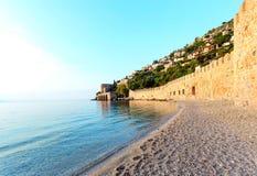 与阿拉尼亚城堡墙壁的海景 库存图片