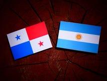 与阿根廷旗子的巴拿马旗子在被隔绝的树桩 图库摄影