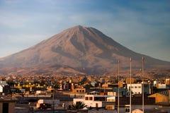 与阿雷基帕的火山Misti在更加接近的秘鲁 免版税库存照片