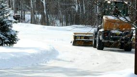 与附上刀片的前端装载机从街道取消雪 影视素材