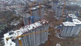 与附近的起重机的几个未完成的大厦 股票录像