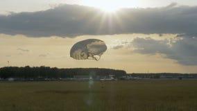 与降伞-慢动作60fps的跳伞运动员着陆 股票录像