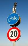 与限速的自行车赛车道信号 免版税图库摄影