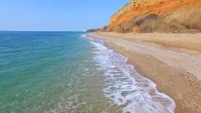 与陡峭的小山的天蓝色的海岸 影视素材
