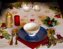 与陶器、蜡烛和装饰的圣诞节桌在桌布 图库摄影